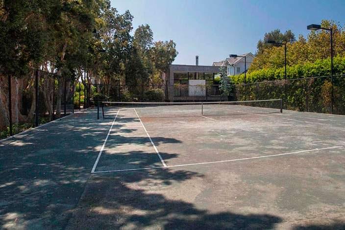 Теннисный корт у пляжного дома