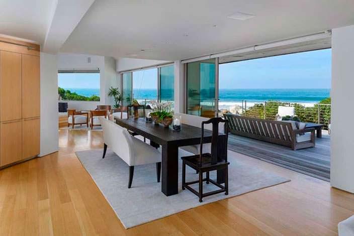 Дизайн столовой с выходом на панорамный балкон