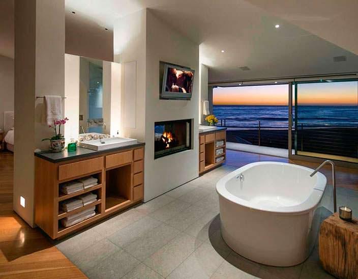 Ванная комната с панорамным видом на океан