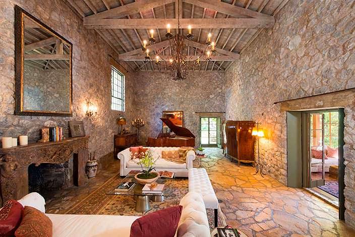Каменный зал со сводчатым потолком и камином