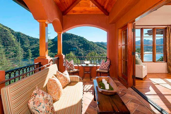 Балкон дома у озера с панорамным видом