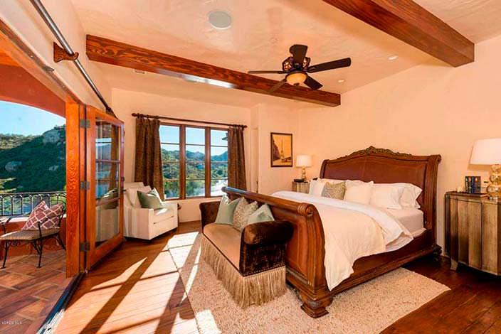 Спальня с видом на озеро Шервуд в доме гитариста Тома Петти