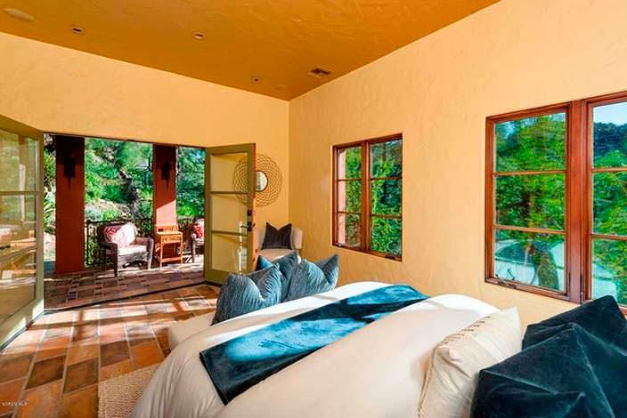 Спальня с балконом в доме у озера Шервуд