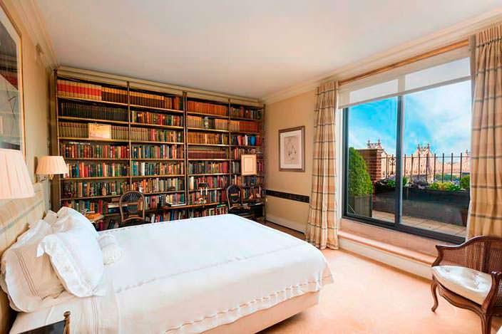 Книжные полки в интерьере спальни
