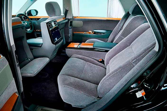 Пассажирские сиденья в лимузине Toyota Century 2018