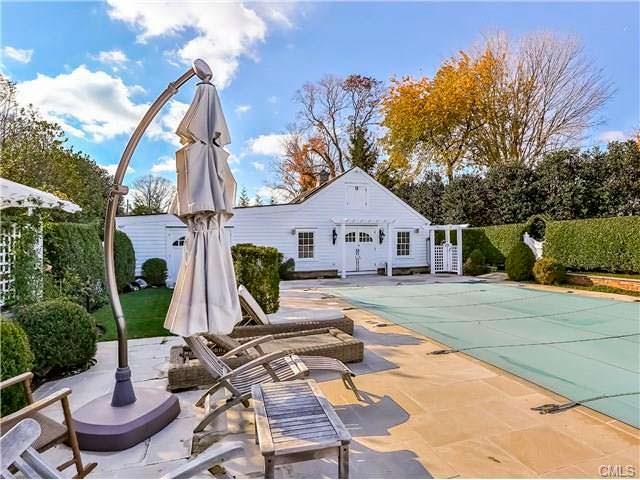 Задний двор дома с бассейном