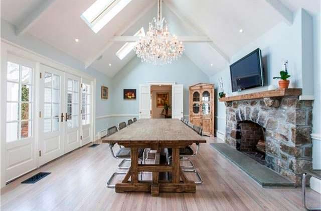 Столовая с высоким потолком и камином в старом доме