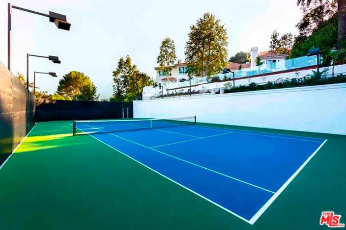 Новый теннисный корт у дома