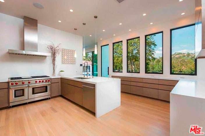 Современный дизайн кухни в доме