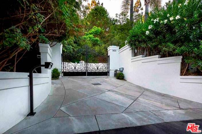 Подъезд к дому с коваными воротами