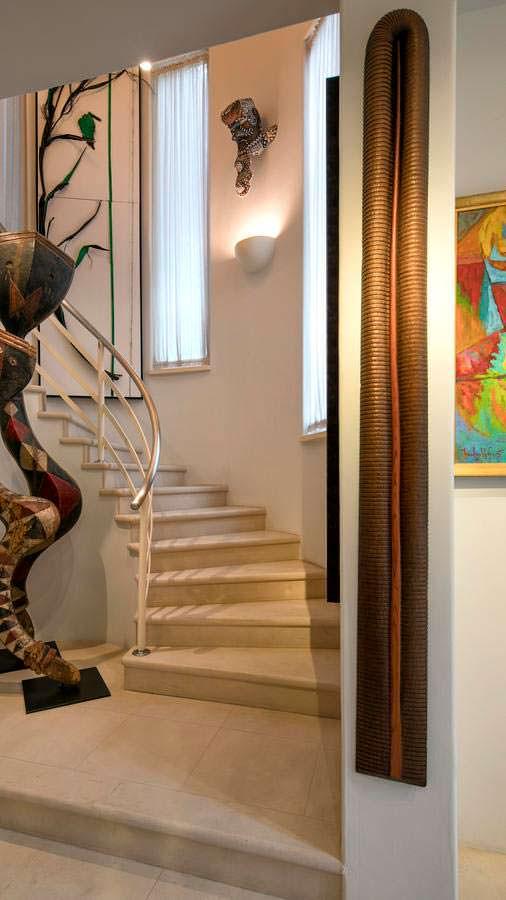 Дизайн лестницы в доме Хэлли Берри