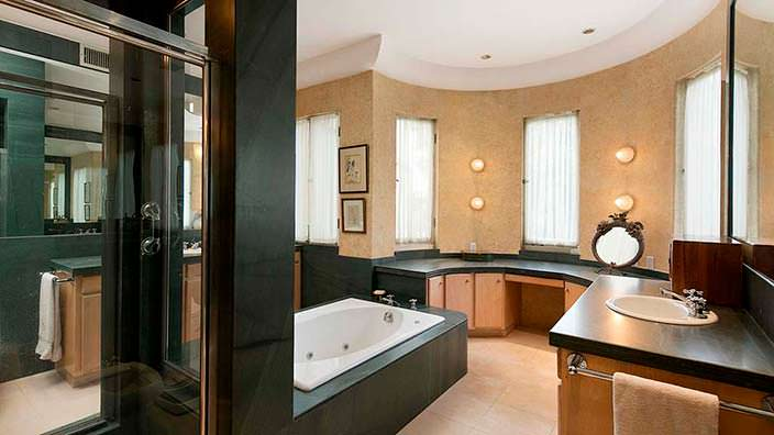 Дизайн ванной комнаты в доме Хэлли Берри