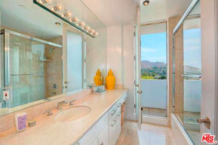 Ванная комната с балконом и видом на горы