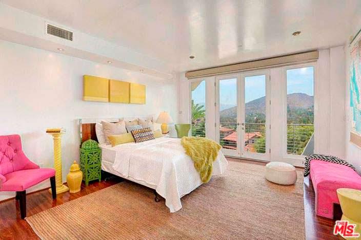 Спальня в доме Кэти Гриффин с балконом и видом на горы