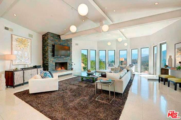 Гостиная с большим панорамным окном