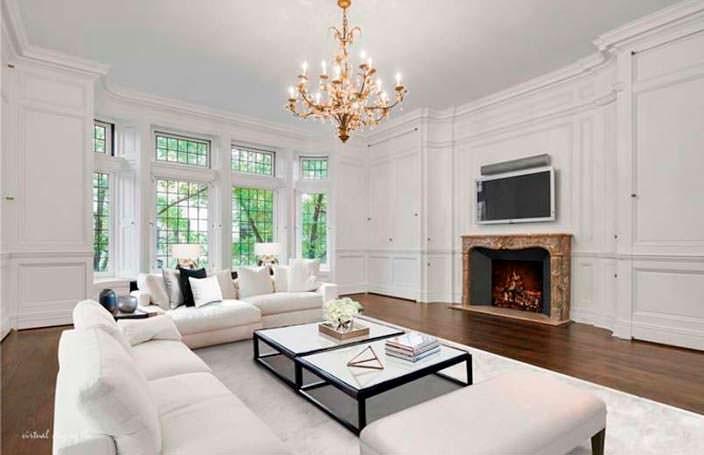 Дизайн комнаты с деревянными панелями и камином