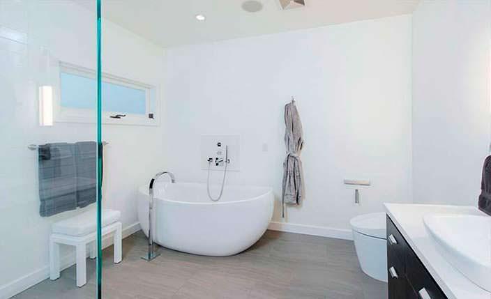 Оригинальный дизайн ванной комнаты в белых тонах