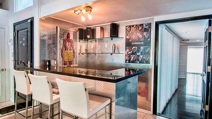 Домашний бар в холостяцком бунгало Винни Джонса
