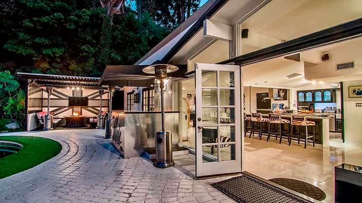 Задний двор у дома в стиле модерн