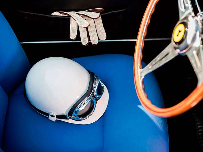 Шлем и перчатки в комплекте с Ferrari 250 GT LWB California