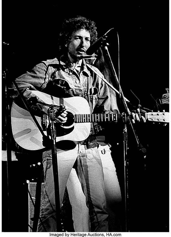 Боб Дилан играет на гитаре Martin D-28