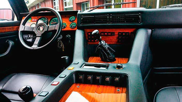 Фото салона Lamborghini LM002 1990 года