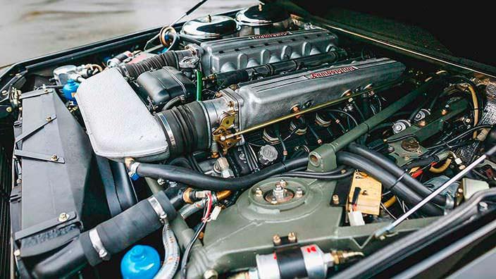 Двигатель V12 под капотом Lamborghini LM002 от Countach