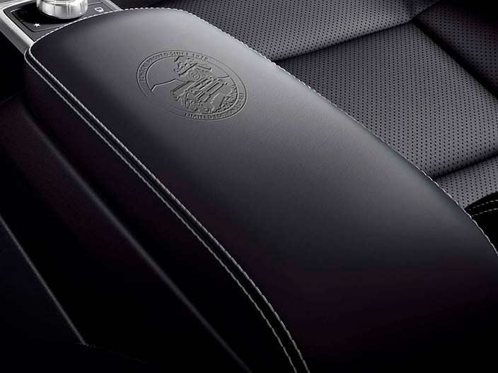 Кожаный подлокотник с номером Mercedes G Limited Edition