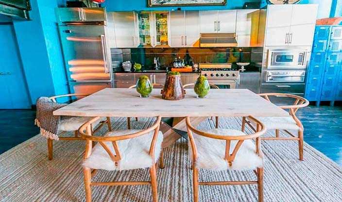 Кухня-столовая в квартире Джонни Деппа