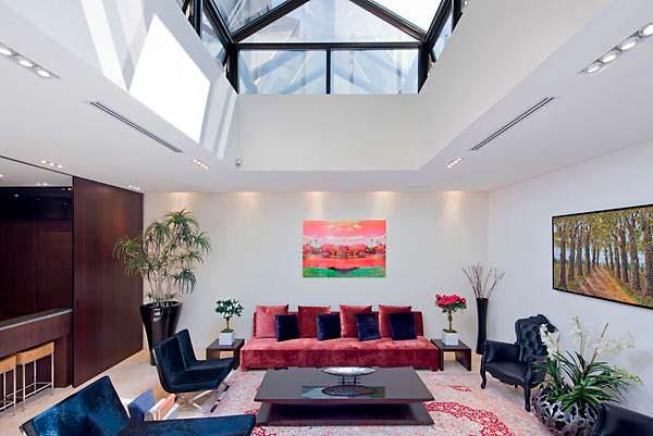 Гостиная со стеклянной крышей в квартире Тейлор Свифт