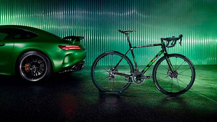 Суперкар и шоссейный велосипед Mercedes-Benz