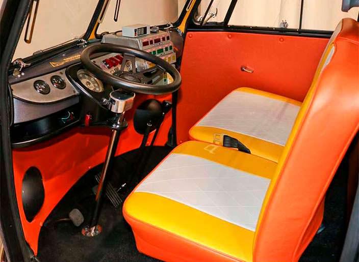 Оранжевые сиденья в салоне Volkswagen T1