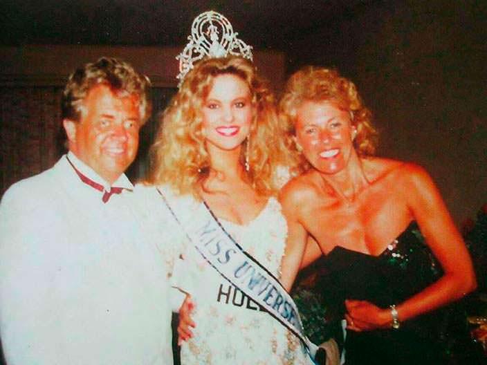 Ангела Виссер с родителями на конкурсе «Мисс Вселенная 1989»