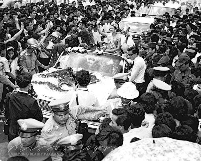 Aпасра Хонгсакула на параде Мисс Вселенная 1965 года