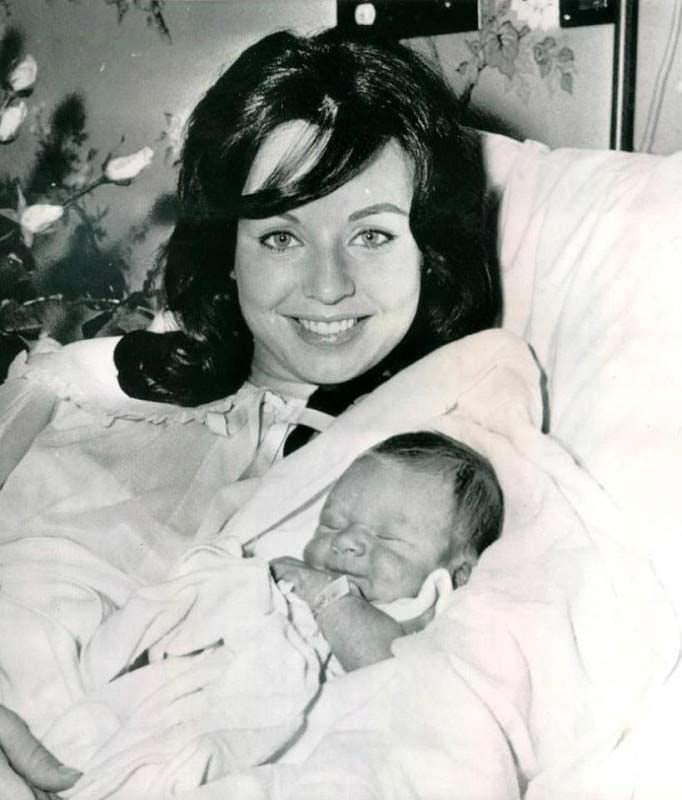 Кэрол Моррис с ребёнком в апреле 1960 года