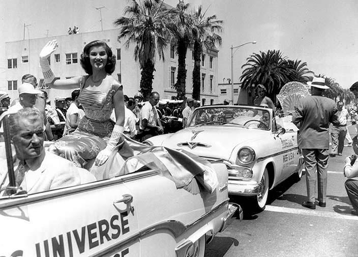 Кристиан Мартель на параде Мисс Вселенная в 1954 году