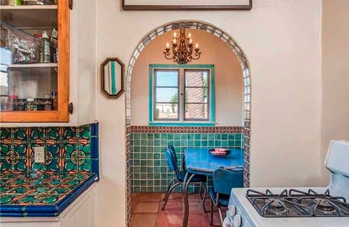 Красочная плитка столешницы на кухне