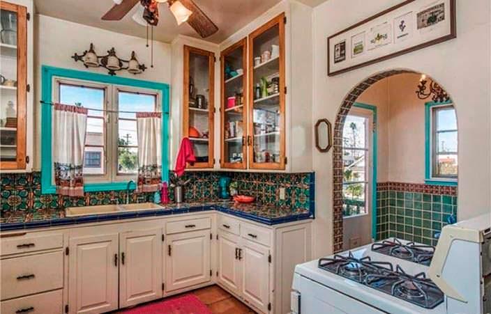 Красочный дизайн кухни в доме 1920-х годов