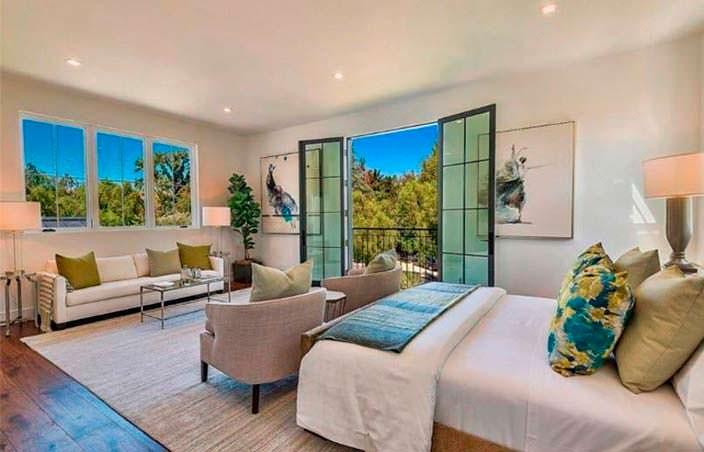 Спальня с балконом и видом на бассейн