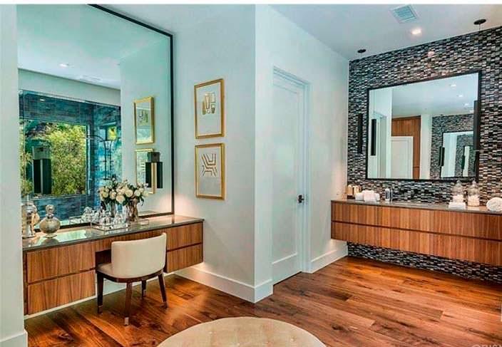 Огромное зеркало в ванной комнате