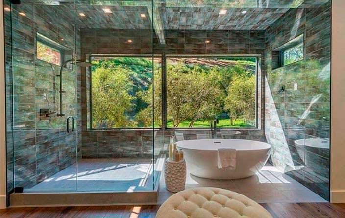 Ванная комната с видом на сад