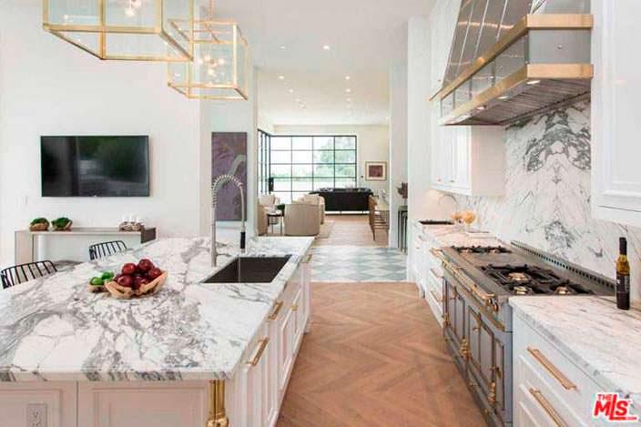 Кухня с мраморными столешницами