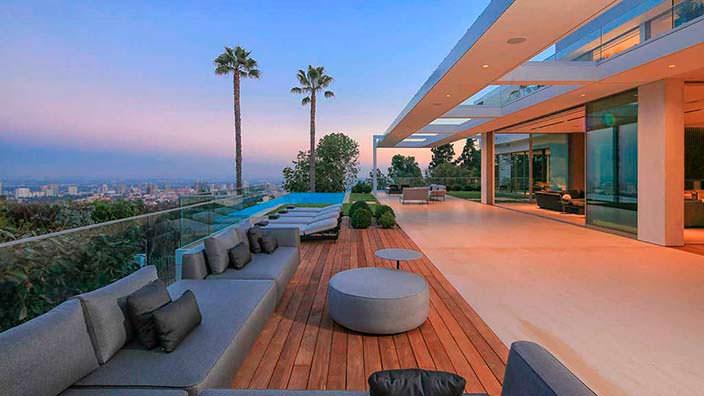 Панорамная терраса дома с видом на залив Санта-Моники