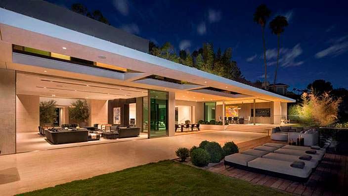 Дом со стеклянными раздвижными стенами