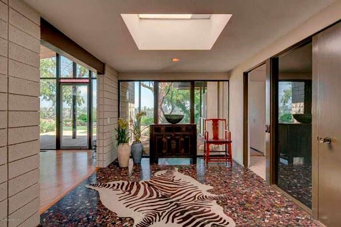 Шкура зебры на полу в интерьере дома