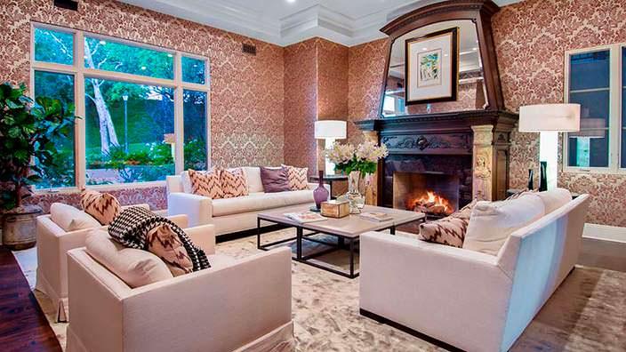 Дизайн комнаты с красивым камином
