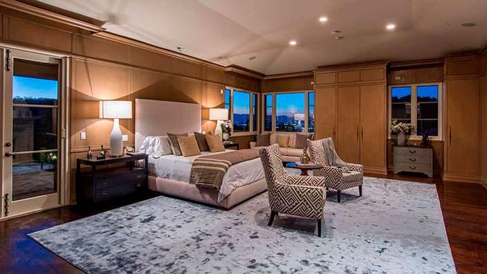 Красивый дизайн спальни в доме Слэша