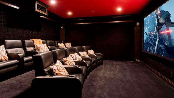 Домашний кинотеатр с диванами в доме Слэша