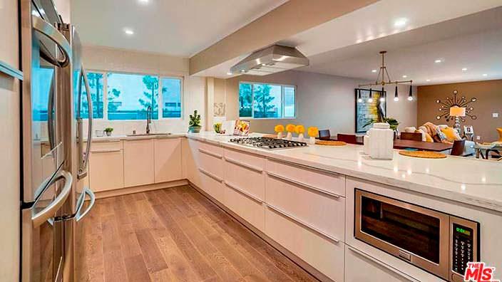 Дизайн кухни в доме в стиле модерн