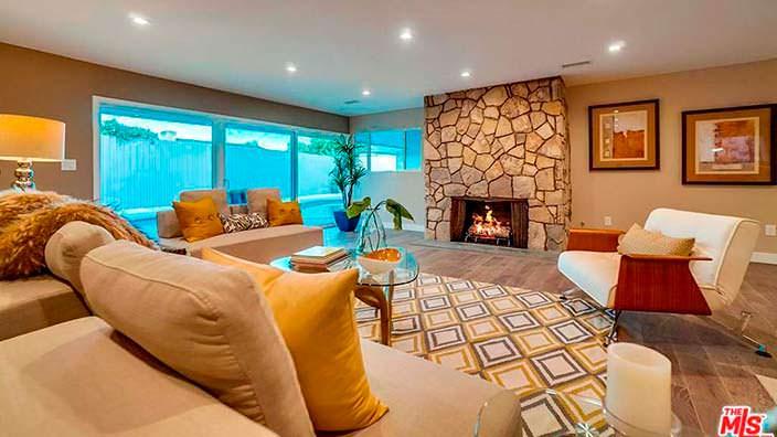 Дизайн гостиной в доме в стиле модерн